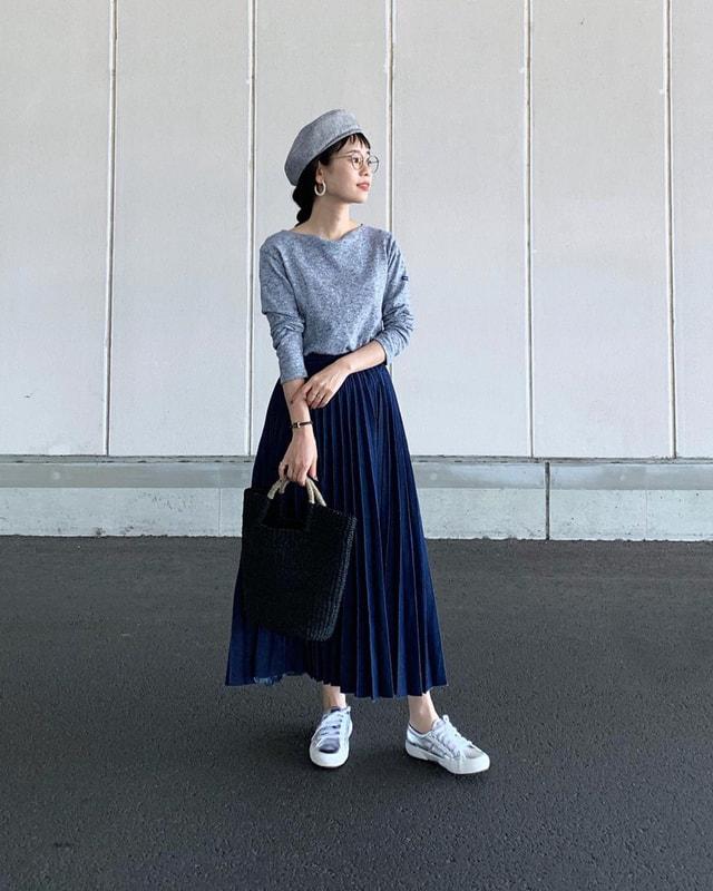 95cbb1c5d08 ハリ感のある形状記憶のプリーツスカートにコンパクトでシンプルなカットソーのコーデ。トップスはしっかりインして高めのウエストに。さらにまとめ髪と帽子で重心を上  ...
