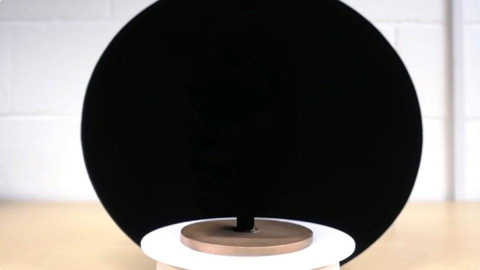 ブラックホールの色?世界一黒い人工物質