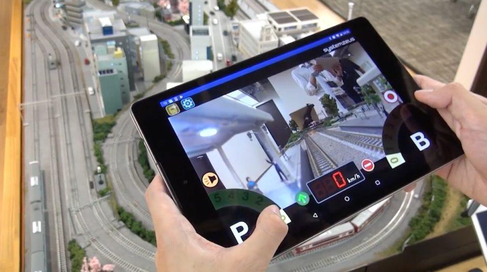 0da5c7216e03 カメラにより映し出された景色を専用アプリによりタブレットやスマホで鑑賞することができ、気分はまるでリアルなジオラマの中を走る運転手だ。
