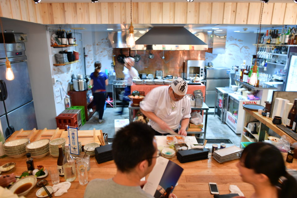 d52066ebd318 2016年、東京・中野にオープンした居酒屋「宮城漁師酒場 魚谷屋」。お客でいっぱいの活気溢れる店内でひと際人気を集める1人の男性は、店の名物スタッフ…