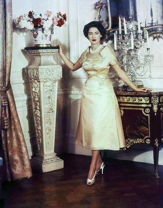 6fe7d3ce555b3 恒例のお誕生日ポートレートは大好きなディオールのドレス で。デコルテを上品に飾るのは、大切な行事でたびたび身につけてきた祖母クイーンマリーからのプレゼントの5 ...