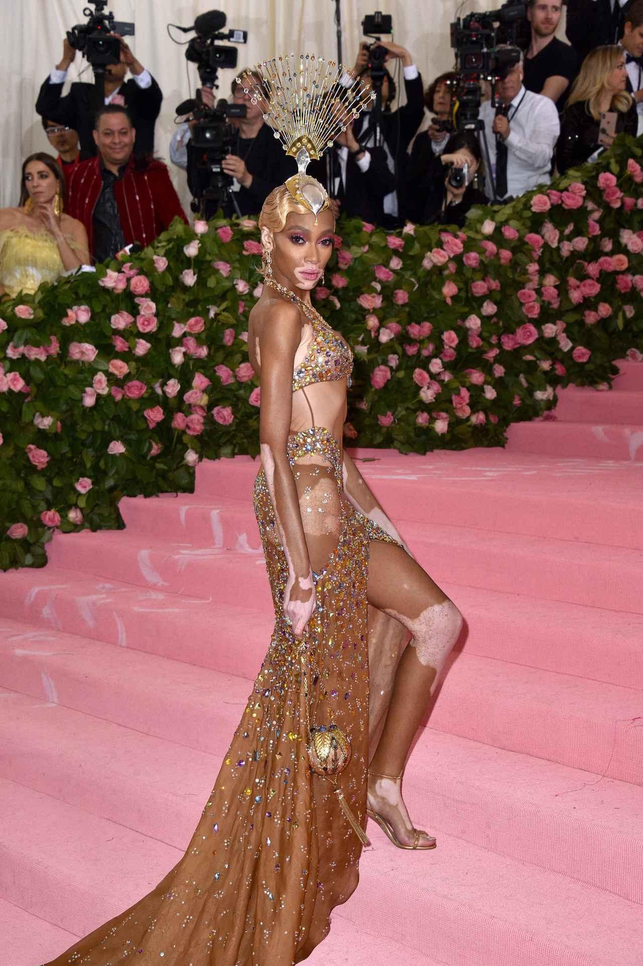 d11bb3b9f3547 カラフルなビジューが全体にあしらわれた、肌の色とマッチするドレスはトミーヒルフィガー(Tommy Hilfiger)のもので、ウィニーのためにデザイン された(フロントロウ ...