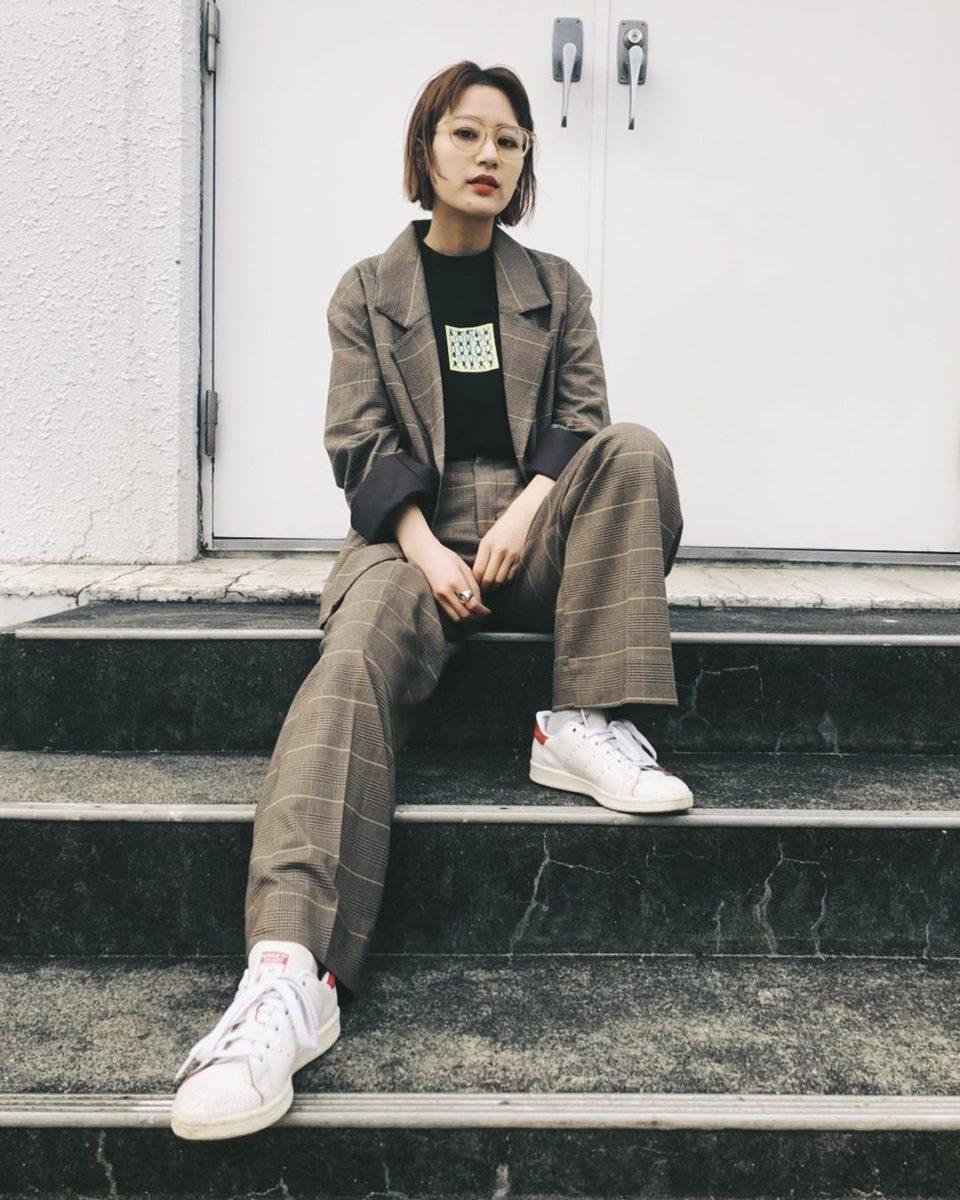 f7a571ef74c ... をINし、細身のスキニーデニムで女性らしさを演出した、ラフ なジャケットコーデが人気。ジャケットは袖を通さずにカーデのようにさらっと羽織るのがおすすめです。