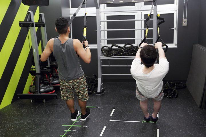 6eb05d788d0a93 腕立て伏せ感覚で取り組めるチェストプレスや、背筋と体幹が鍛えられるローイングなど は、足の角度によって負荷を変えられるので初心者にもおすすめのメニューです。