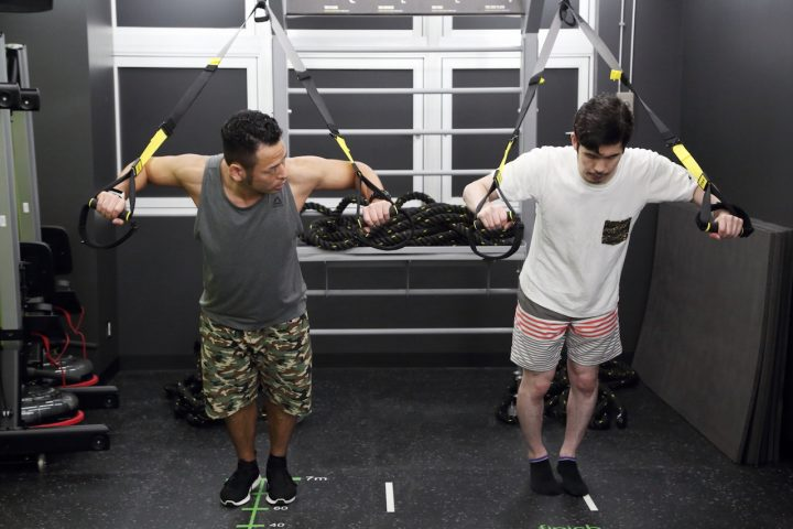 2fc64a1f478c6e 長さを自由に変えられるサスペンションを使うことで、多彩な自重トレーニングができるようになります。筋トレだけでなく、体幹や柔軟性、バランスも鍛えられます。
