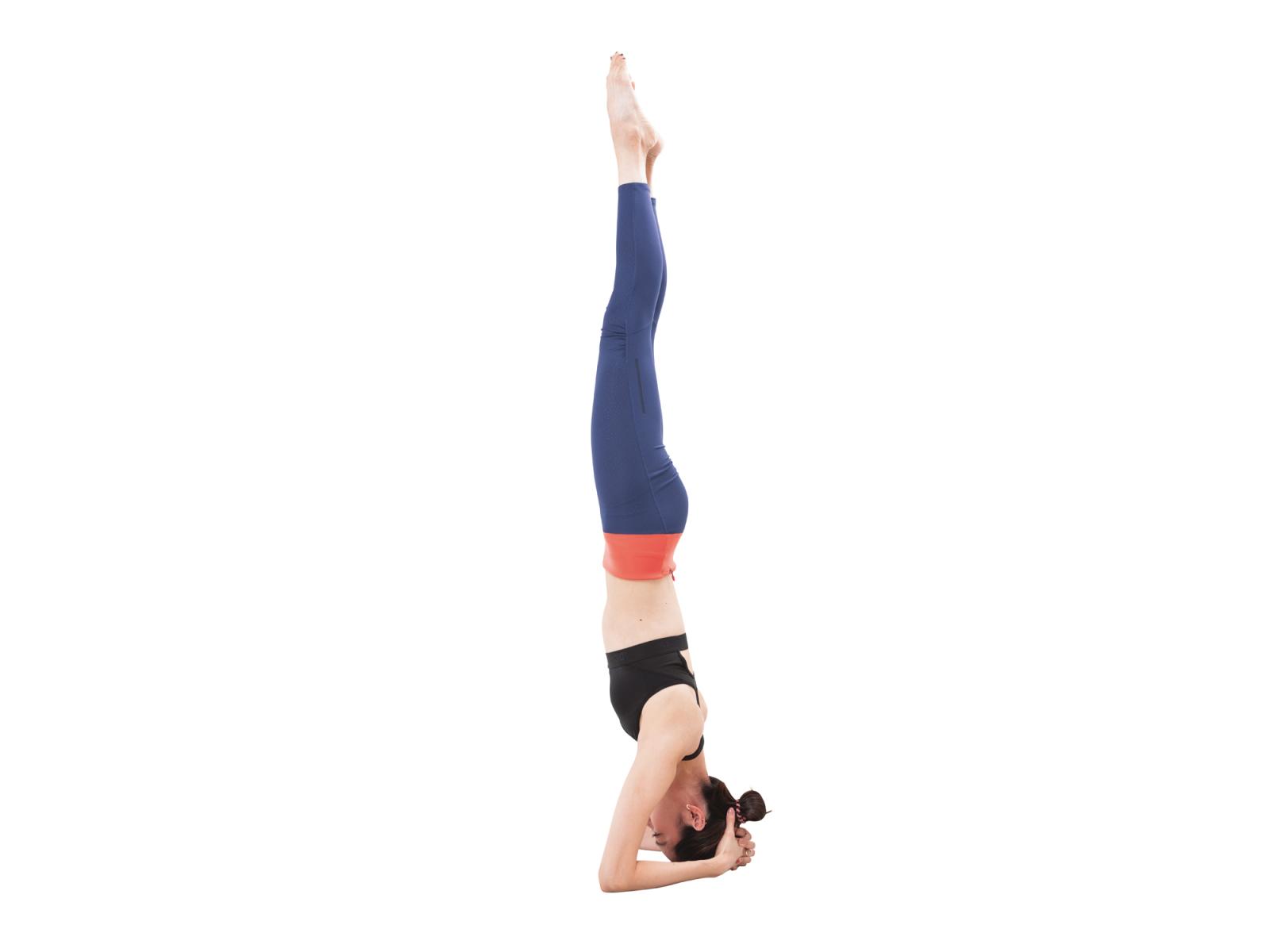 0aba5368cb34e1 両腕で三角をつくり中央に頭頂をつけ、歩いて腕に体重を乗せていく。腕で床を押し、両脚を頭の延長へ。10秒3セット。