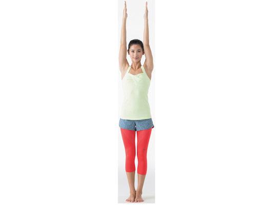 68ed2444164e20 足を揃えて立ち、両手を天井へ伸ばす。片足を上げるときも体の中心軸は床と垂直をキープ。 2.