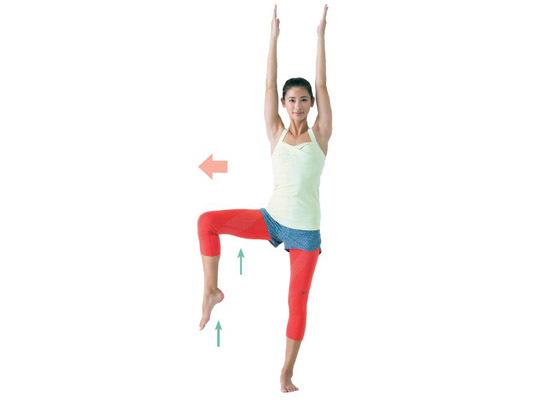 270d717ec542ac 2.右膝を真横に持ち上げる。体軸が左に傾いたり、腰を丸めたりお尻が出たりしないよう注意して。