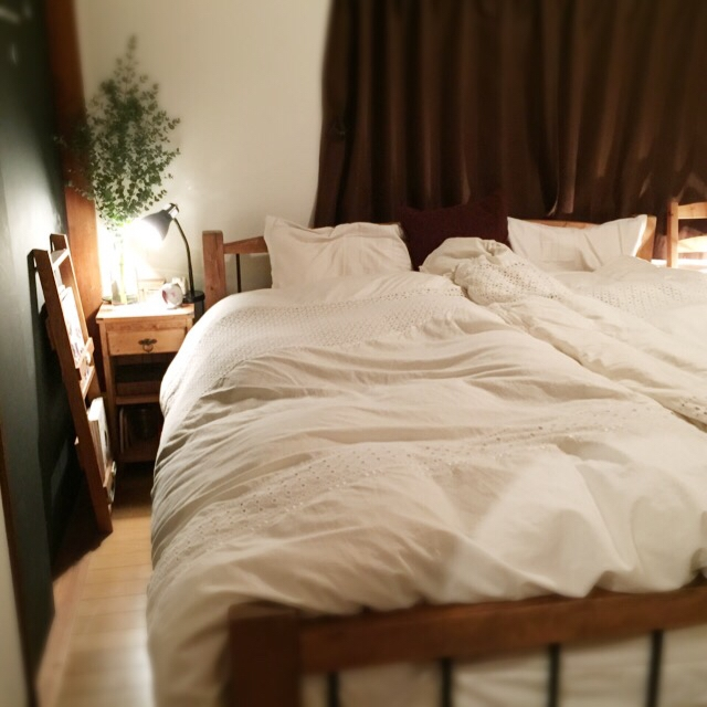 シンプルさを生かして、すっきりしたベッドルームが実現