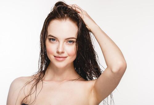 abf37b9834976 どんな髪型もウェットヘアを組み合わせればあっという間にセクシーに。女性らしい色気を出して、ちょっぴりミステリアスな雰囲気を出してくれます。