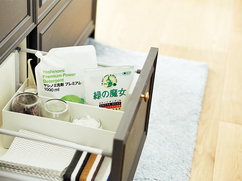 44cd56b00b961 シンク下の引き出しに掃除用具類をひとまとめ。愛用している「緑の魔女」の洗剤、「ダスキン」のスポンジ、「アスクル」のダスターなどが並んでいます。