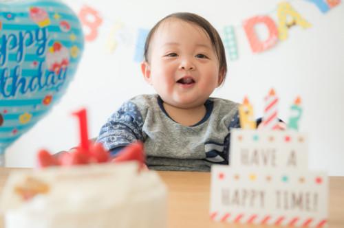f1d610819c608 食物アレルギーは小さい子供に多くみられるのが特徴です。6歳以下の乳幼児が患者数の80%近くを占めており、その中でも1歳前後の子供の数が一番多いです。